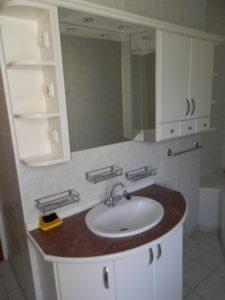 Mosdószekrénybe beépített mosdókagyló szerelése szifon és csaptelep beépítésével.