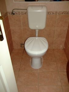 A legtöbb lakásban általában falon kívüli wc tartályok kerülnek felszerelésre.
